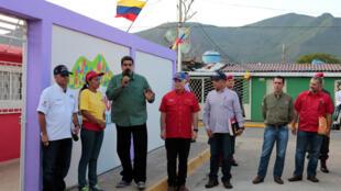 O presidente venezuelano, Nicolás Maduro (centro), discursou recentemente para moradores da ilha de Margarita e foi recebido com panelaço.