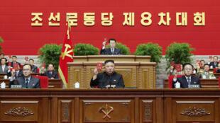 El líder norcoreano, Kim Jong Un, y otros dirigentes participan del Congreso del Partido de los Trabajadores, el 12 de enero de 2021 en Pyongyang