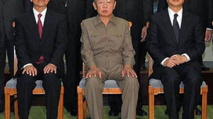 Le leader nord-coréen  Kim Jong-Il (C), encadré du Premier ministre chinois  Wen Jiabao (G) et du ministre des Affaires étrangères Jang Jiechi (D), à Pyongyang, le 5 octobre 2009.