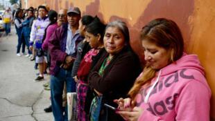 Eleitores fazem fila para votar na Cidade da Guatemala neste domingo (16).