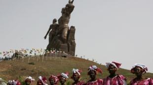 La polémica estatua del Renacimiento africano, más alta que la estatua de la Libertad de Nueva York, Senegal 3 de abril de 2010