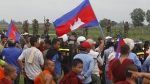 Depuis plusieurs semaines, l'opposition intensifie ses visites à la frontière avec le Vietnam pour démontrer que le voisin empiète sur le territoire national.
