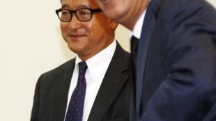 Thủ tướng Cam Bốt Hun Sen (P) và lãnh đạo đối lập Sam Rainsy, tại cuộc gặp lần thứ ba, ở Quốc hội, Phnom Penh, 17/09/2013