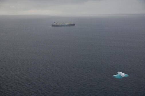 Le bateau japonais Nisshin Maru en mission baleinière dans l'océan Austral