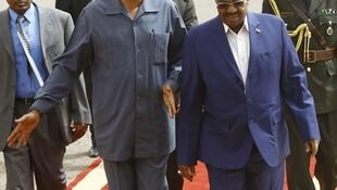 Eritrean President Isaias Afwerki (left) and Sudanese President Omar al-Bashir (right) during a welcome ceremony in Khartoum, 11 June 2015.