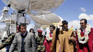 Le président bolivien Evo Morales (2e à dr.), inaugure en grande pompe le premier poste de contrôle au sol pour satellite, en Amachuma, le 2 décembre 2013.