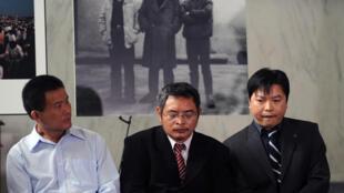 Les trois opposants chinois (de gauche à droite) : Yu Zhijian, Yu Dongyue et Lu Decheng lors d'une conférence le 4 juin 2009 à Washington.