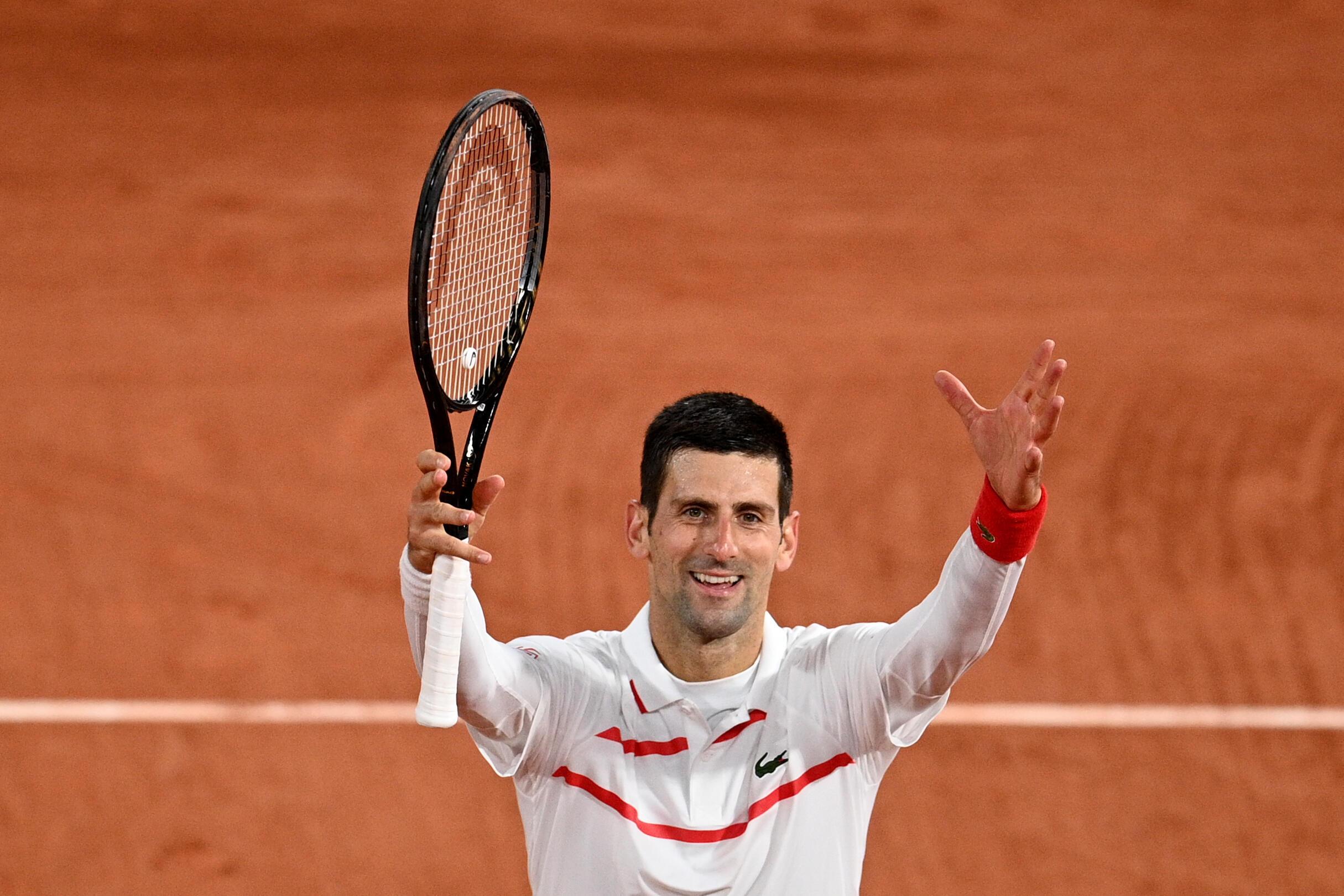 El serbio Novak Djokovic celebra su victoria sobre el colombiano Daniel Galán en la tercera ronda del torneo Abierto de Francia Roland Garros el 3 de octubre de 2020 en París