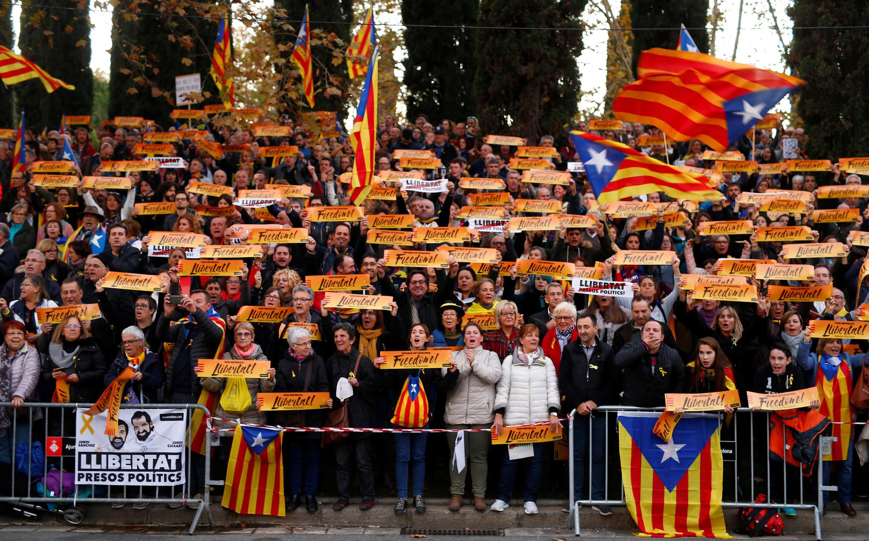 Milhares de manifestantes em Barcelona contra a prisão de líderes separatistas em 11 de novembro de 2017.