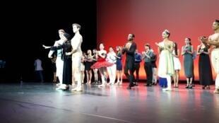 Alicia Alonso avec les danseurs du Ballet National de Cuba.