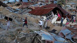 Afectados recuperan sus objetos en medio de las casas destruidas por el sismo y el tsunami.