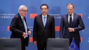 中国总理李克强与欧盟理事会主席图斯克(右)、欧盟委员会主席容克(左)在布鲁塞尔中欧峰会上