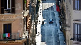 Un coche de la policía de Carabineros patrulla por una desierta Via dei Condotti, la famosa calle de tiendas de lujo de Roma, el 4 de abril de 2020 en la capital italiana