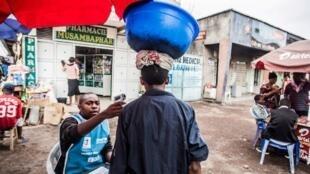 Un homme se fait prendre sa température à Goma, le 31 juillet 2019.