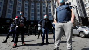 2020-04-29T102410Z_1558749439_RC2AEG9RSZTS_RTRMADP_3_HEALTH-CORONAVIRUS-UKRAINE-PROTEST