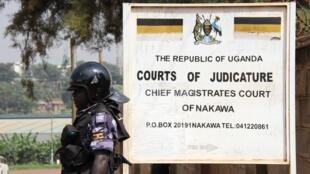 Un policier devant la Cour de justice de Nakawa à Kampala le 1er juin 2016, alors que l'opposant Besigye devait comparaître.