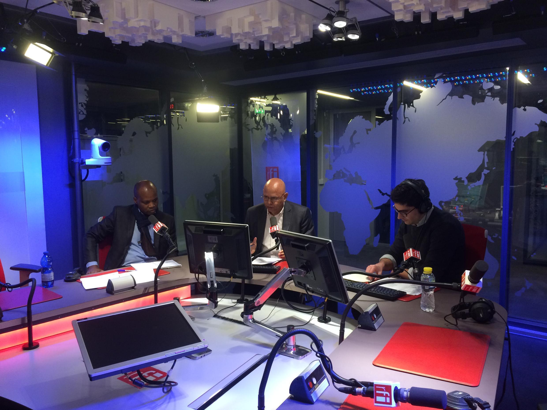 Debate sobre eleições regionais nos estúdios da RFI, com o Politólogo angolano Felício Manu, à esquerda e à direita, Rui Pereira, Especialista português de Segurança, moderado, por João Matos, ao meio.