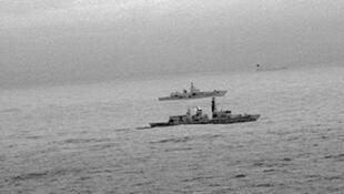 Imagens feitas de um helicóptero britânico mostram a fragata HMS St Albans escoltando o navio russo Amiral Gorchkov na segunda-feira (25).