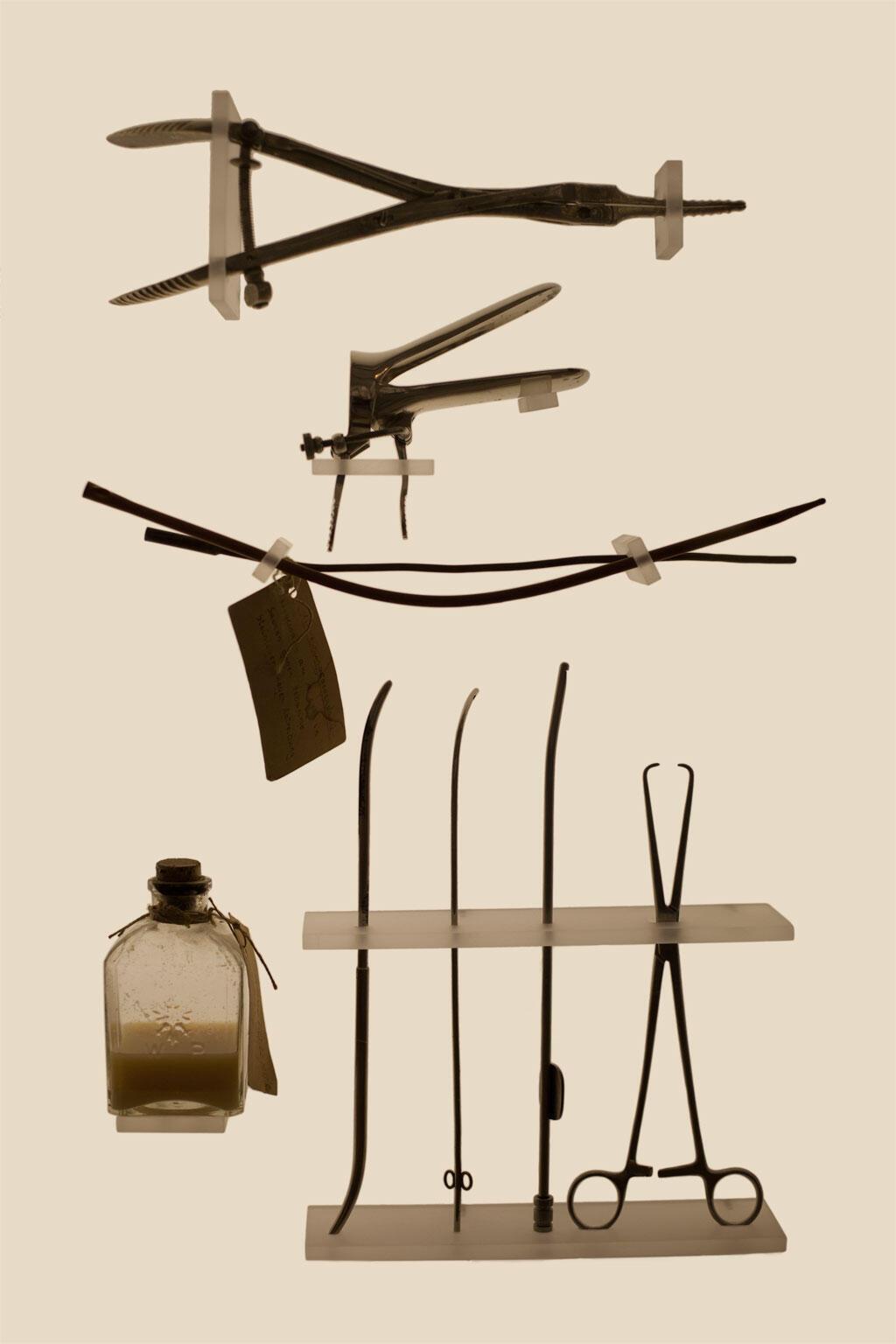Objetos usados em abortos, exposição de Laia Abril, em Paris.