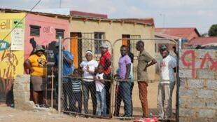 Des résidents confinés à Soweto, Afrique du Sud, le 23 avril 2020.