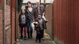 « I, Daniel Blake », de Ken Loach. Katie, sus hijos y Daniel van a casa con la comida que ha comprado para todos el albañil.