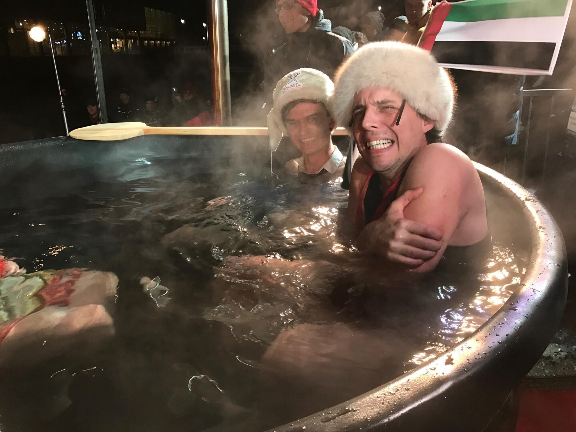 Encerrada a proeza, os finalistas comemoram, aliviados, nas águas mornas de um ofurô instalado na neve.