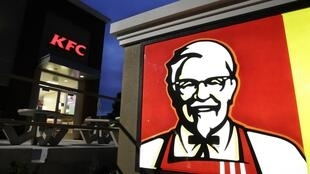 Malgré la crise sanitaire, le géant américain du poulet frit recrute en Europe et le fait savoir. 5400 emplois devraient être créés d'ici la fin de l'année dans les restaurants KFC au Royaume-Uni et en Irlande.