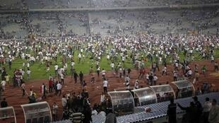 Invasion del terreno de juego durante un partido en Egipto.