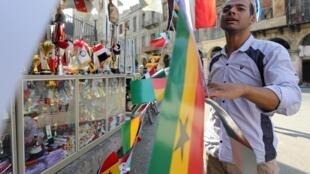Un commerçant du Caire vend les drapeaux des 24 équipes participant à la CAN 2019, le 16 juin 2019.
