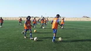 Le nouveau stade a permis de créer une école de foot pour les jeunes à Agadez au Niger.