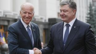 Ukraine's President Petro Poroshenko (R) welcomes U.S. Vice President Joe Biden in Kiev, Ukraine, December 7, 2015