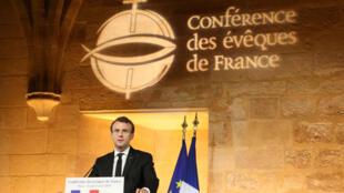 Le président français Emmanuel Macron prononce un discours lors d'une réunion de la Conférence des évêques de France (CEF) au Collège des Bernardins à Paris, France, le 9 avril 2018.