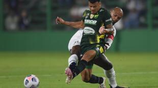 Felipe Melo (atrás), del Palmeiras, y Walter Bou, de Defensa y Justicia, disputan la pelota durante un partido de la Recopa Sudamericana jugado en Florencio Varela, provincia de Buenos Aires, el 7 de abril de 2021