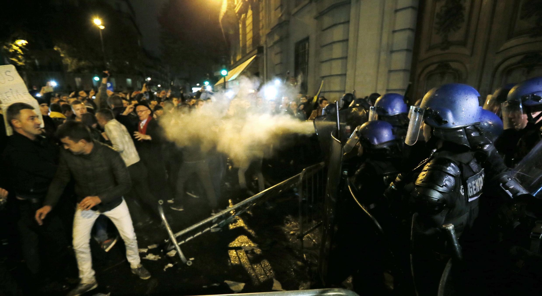 Les Roumains de la diaspora française, en colère de ne pas avoir pu voter, ont tenter de forcer les portes de l'ambassade à Paris, le 16 novembre.