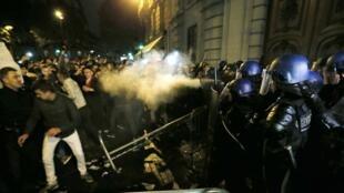 En París, electores rumanos protestando porque no pudieron votar en la embajada en París, 16 de noviembre de 2014.
