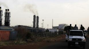 Pour exporter son pétrole, le Soudan du Sud, enclavé, doit utiliser des oléoducs qui traversent son voisin du nord. Photo : Site pétrolier de Paloch, Soudan du Sud, le 2 mars 2014.