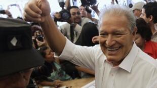 Salvador Sanchez Ceren, candidat du Front Farabundo Marti de libération nationale (FMLN), a revendiqué la victoire ce 9 mars 2013.