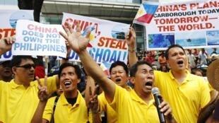 """Biểu tình tại Manila ngày 11/05/2012 chống Trung Quốc xâm lược. Trên biểu ngữ có ghi """"Kế hoạch của Trung Quốc : Hôm nay là Scarborough - Ngày mai là toàn thế giới""""."""