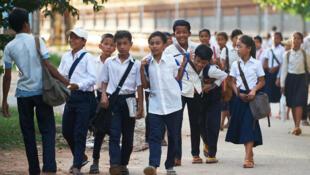 Des écoliers sortant d'une école privée, au Cambodge.