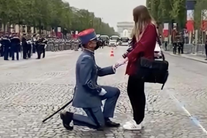 參與法國國慶日閱兵的士兵求婚現場