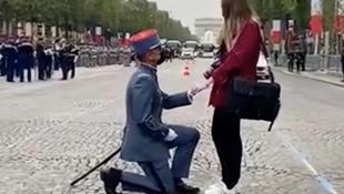 参与法国国庆日阅兵的士兵求婚现场
