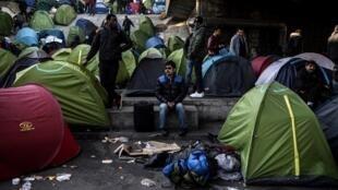 Le dernier décompte effectué par France Terre d'Asile dénombrait 424 tentes dans le campement, installé depuis des mois sous les bretelles de l'autoroute A1, porte de la Chapelle.