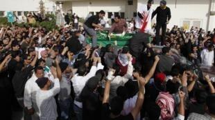 Milhares de pessoas acompanham o funeral de um manifestante morto no Bahrein.