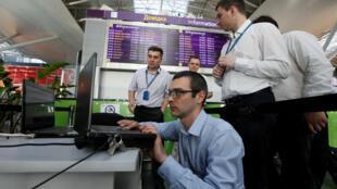 Kiểm tra bảng thông tin các chuyến bay ở phi trường Boryspil, Kiev, Ukraina, ngày 27/06/2017.