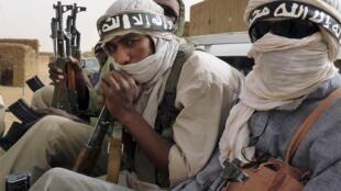 Des combattants du groupe Ansar Dine, qui a revendiqué les deux attaques dans le sud et le centre du Mali, et dont le drapeau a été vu sur les lieux.