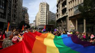 Cette année, le maire de Belgrade et un membre du gouvernement, la ministre des Municipalités, étaient présents dans le cortège de la Gay Pride à Belgrade, le 18 septembre 2016..