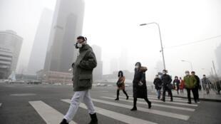 北京冬季是雾霾猖獗的季节,这是去年12月21日的北京。