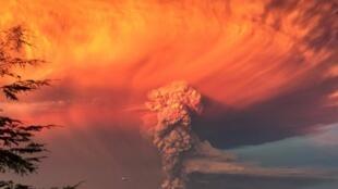 Eneo lililo karibu na volcano Calbuco kusini mwa Chile, liliwekwa katika tahadhari nyekundu baada ya mlipuko wa volkano, Aprili 22.