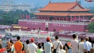 Desfile militar marca o 70º aniversário da fundação da República Popular da China, na praça Yichang, província de Hubei, China.