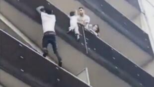 Homem resgatando criança pendurada em prédio de Paris (maio 2018)